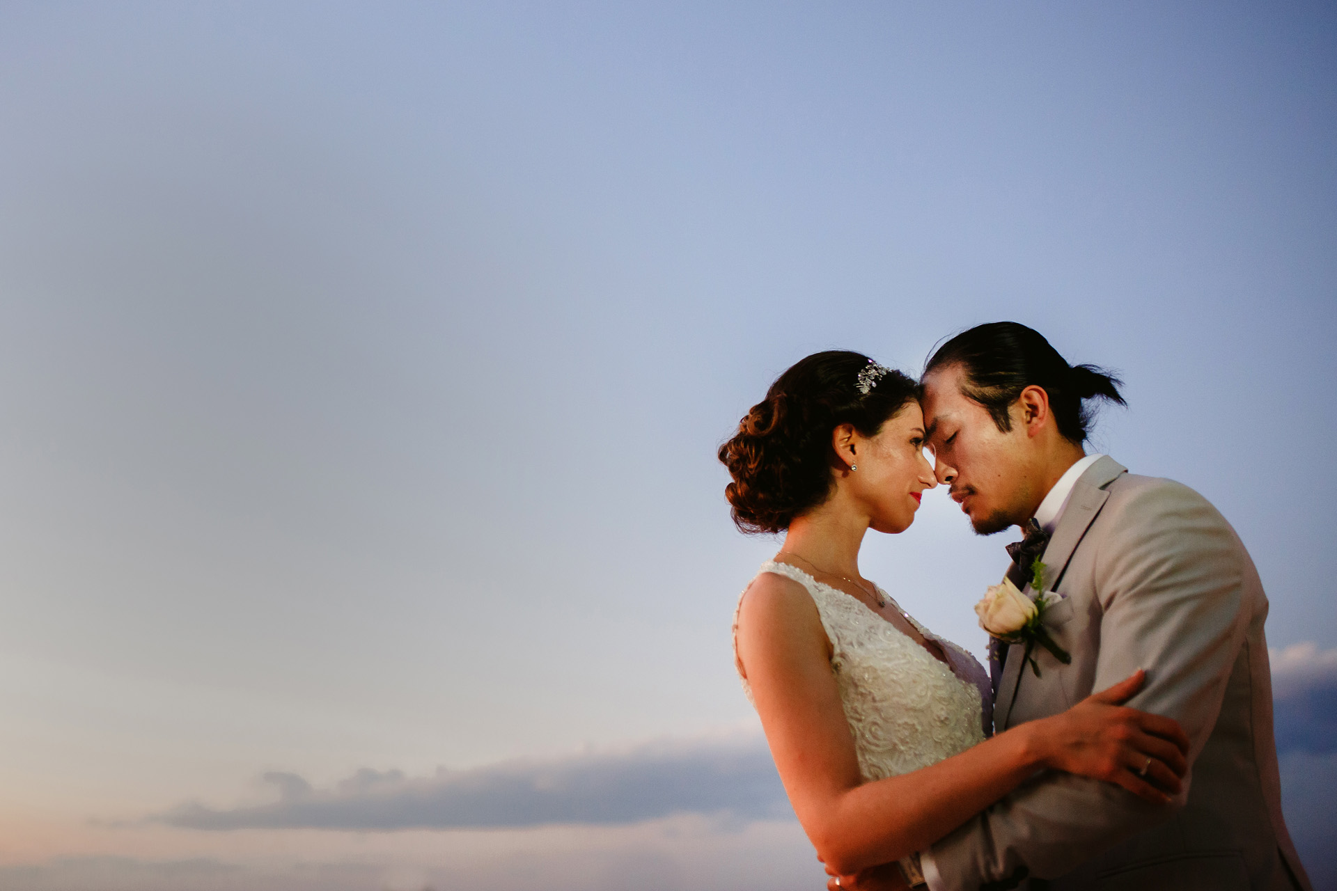 Portrait de mariage Elopement à Chypre - Photographie en plein air | une petite séance de portraits sur la terrasse du lieu