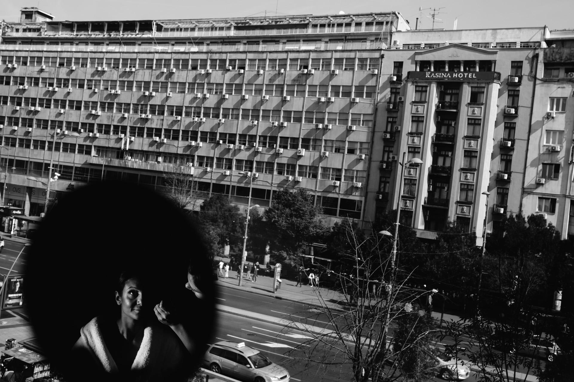 Photographie d'Elopement de Belgrade | De la chambre d'hôtel du couple, vous pouvez voir les bâtiments anciens et typiques de la Serbie