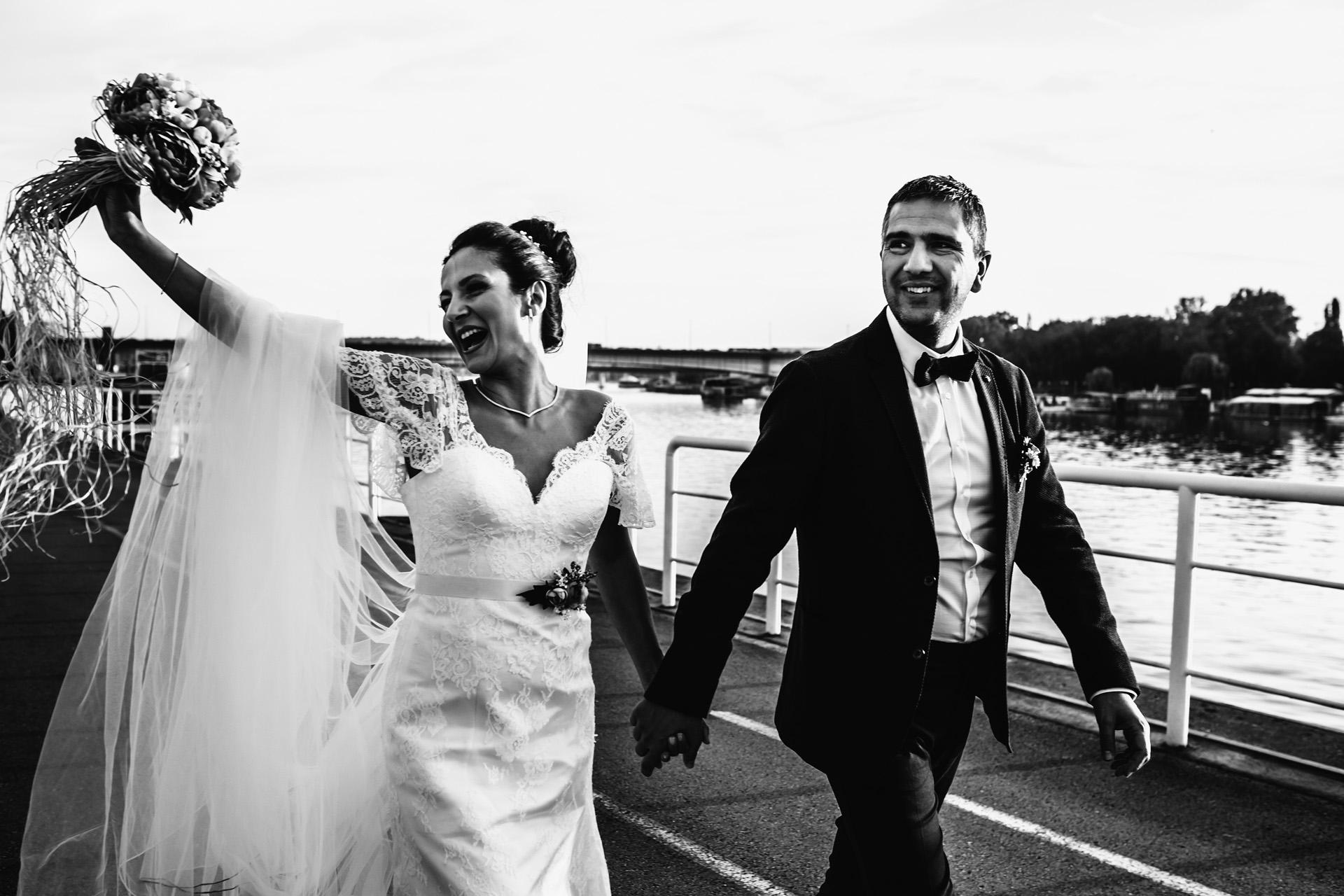 Côté rivière, Belgrade, Serbie Couple de mariage à pied Photo | une fête en bateau avec vue sur la ville sur les eaux