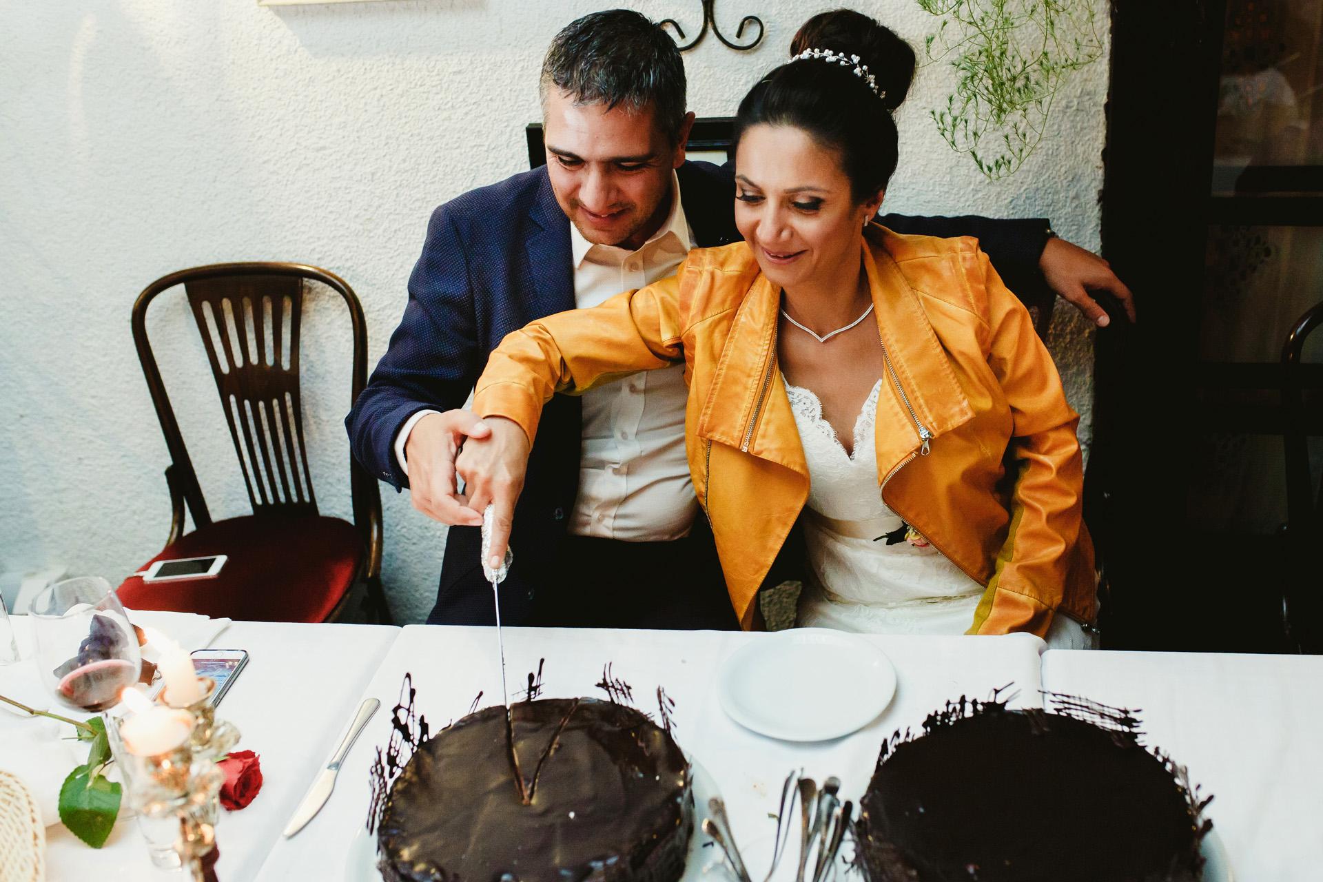 Skadarlija, Belgrade, Serbie Elopement Party Image | Une simple cérémonie de coupe de gâteau