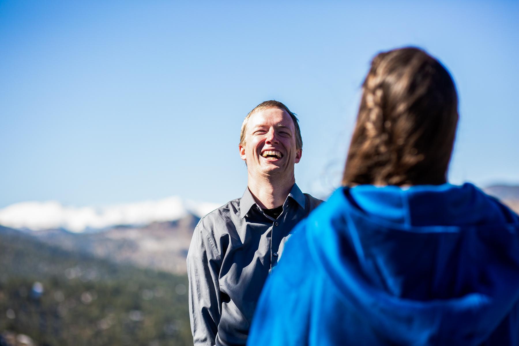 Foto di cerimonia di nozze di avventura di Boulder, Colorado | lo sposo ride delle battute lanciate nella cerimonia