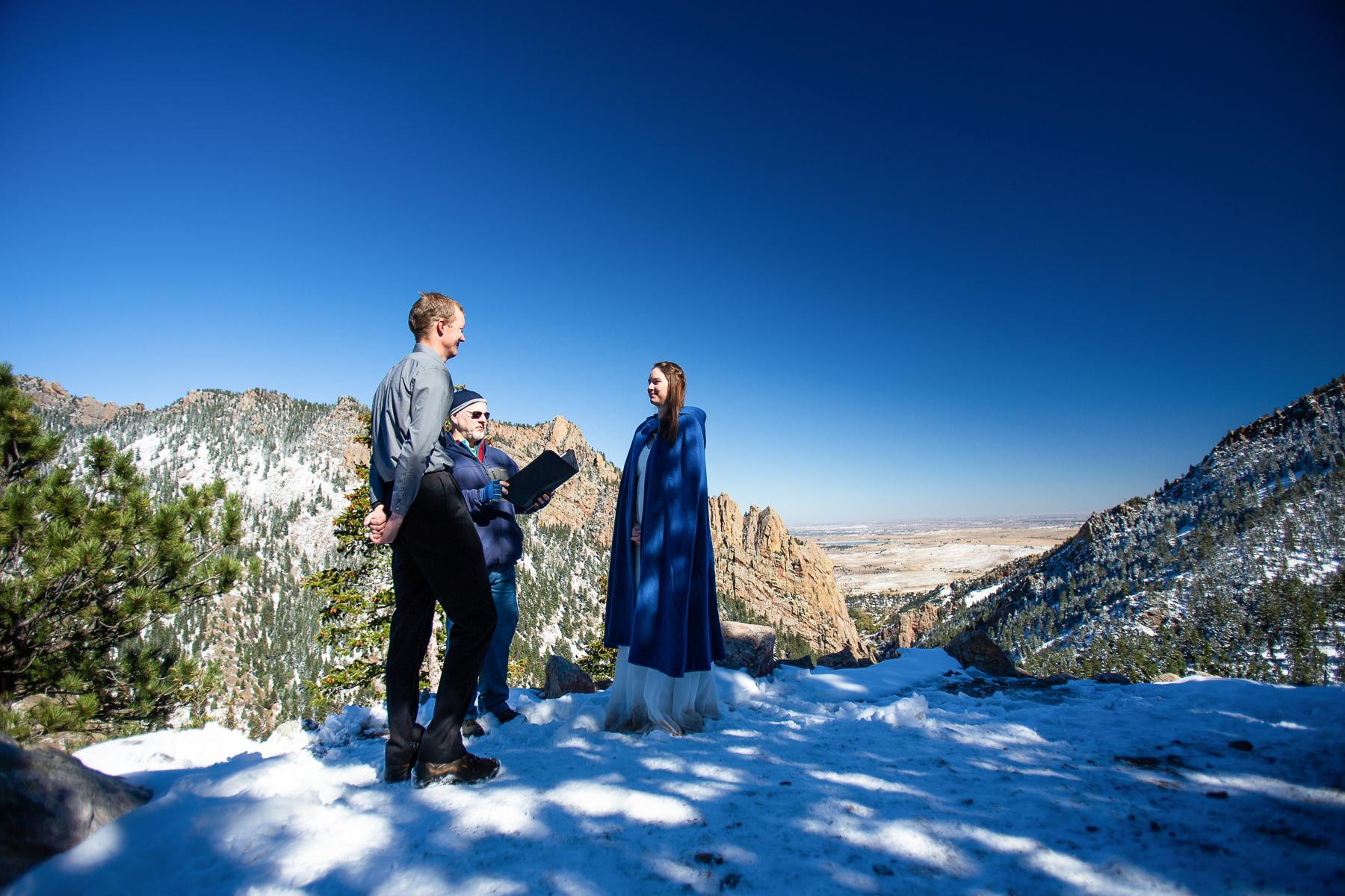Boulder, CO Winter Elopement Ceremony Image | Il divario si affaccia è noto per le viste mozzafiato dell'Eldorado Canyon