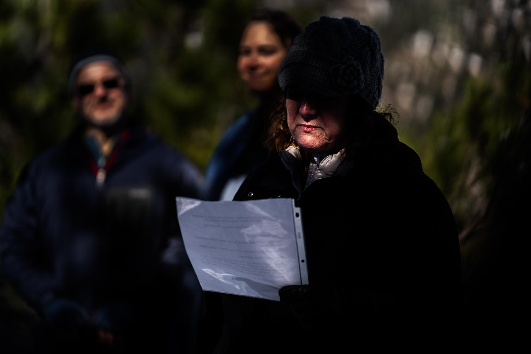 Boulder, CO Immagine all'aperto di sviluppo | La mamma della sposa legge un passaggio