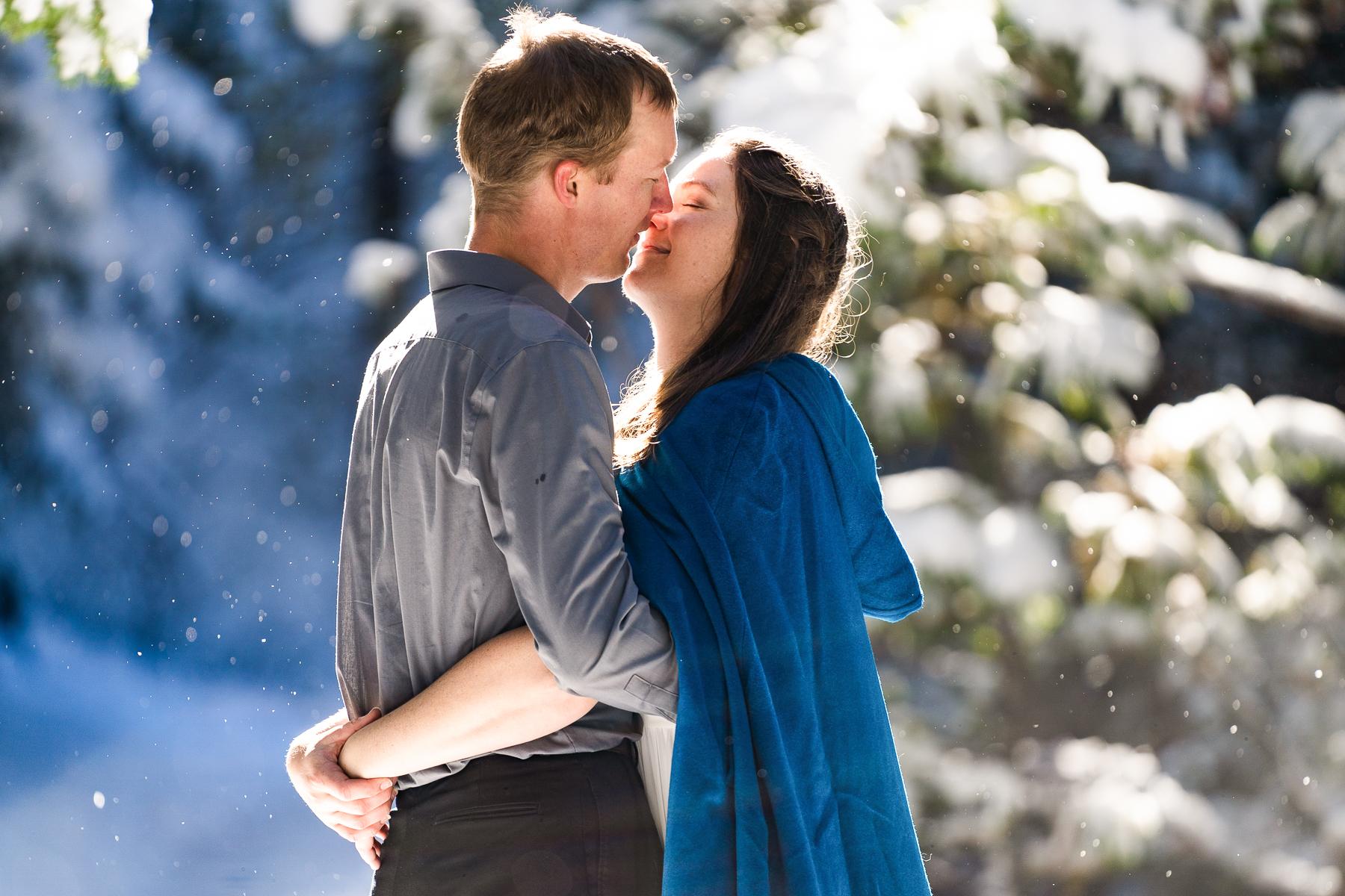 Fotografia di matrimonio Elopement di avventura | la neve continuava a cadere intorno a loro e un raggio di sole era troppo bello per passare