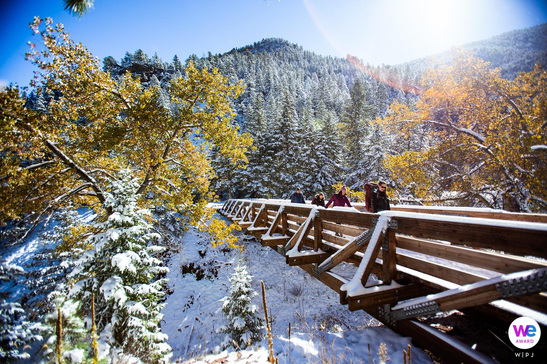 Eldorado Canyon, Colorado Elopement Photography | La sposa di essere conduce un piccolo gruppo di amici fino alla cima della divisione continentale