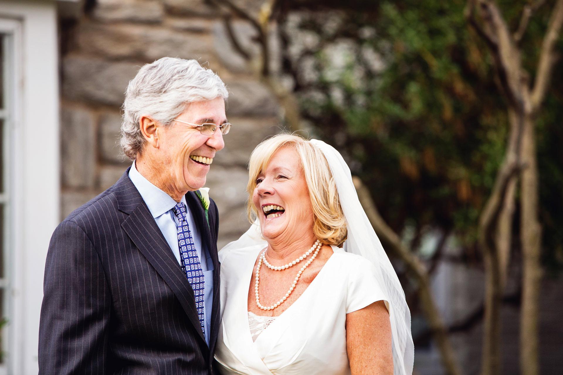 NJ Wedding Elopement Couple Portrait | La mariée et le marié sont pleins de rire juste avant de se marier