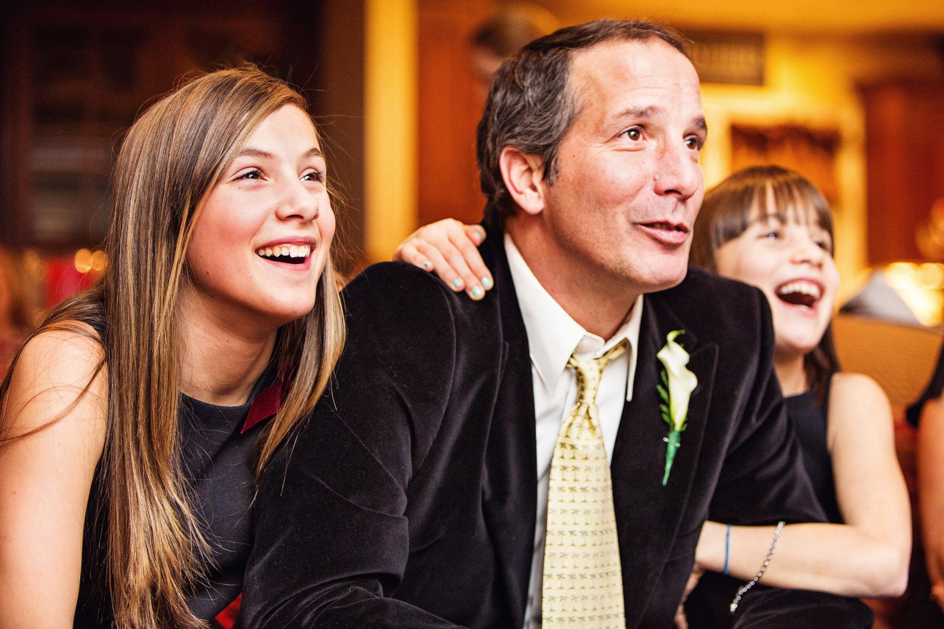 Photographe de New Jersey Elopement | regarder de vieux films à la maison à la réception de mariage