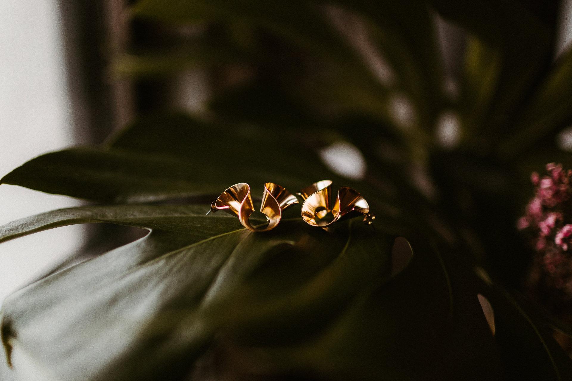 Photographie de Los Angeles Elopement | Dans cette photo de détail, les belles boucles d'oreilles en or ondulées de la mariée