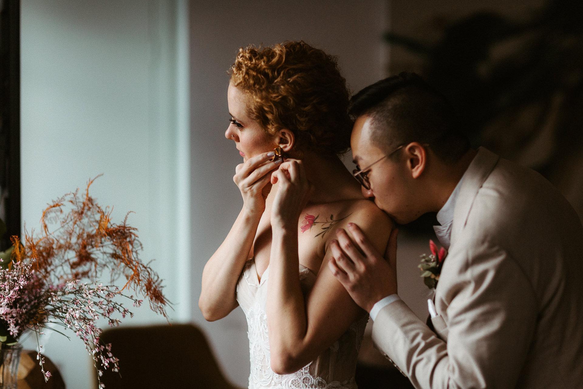 Couple de mariage en fuite CA Photo | la mariée met ses boucles d'oreilles en or