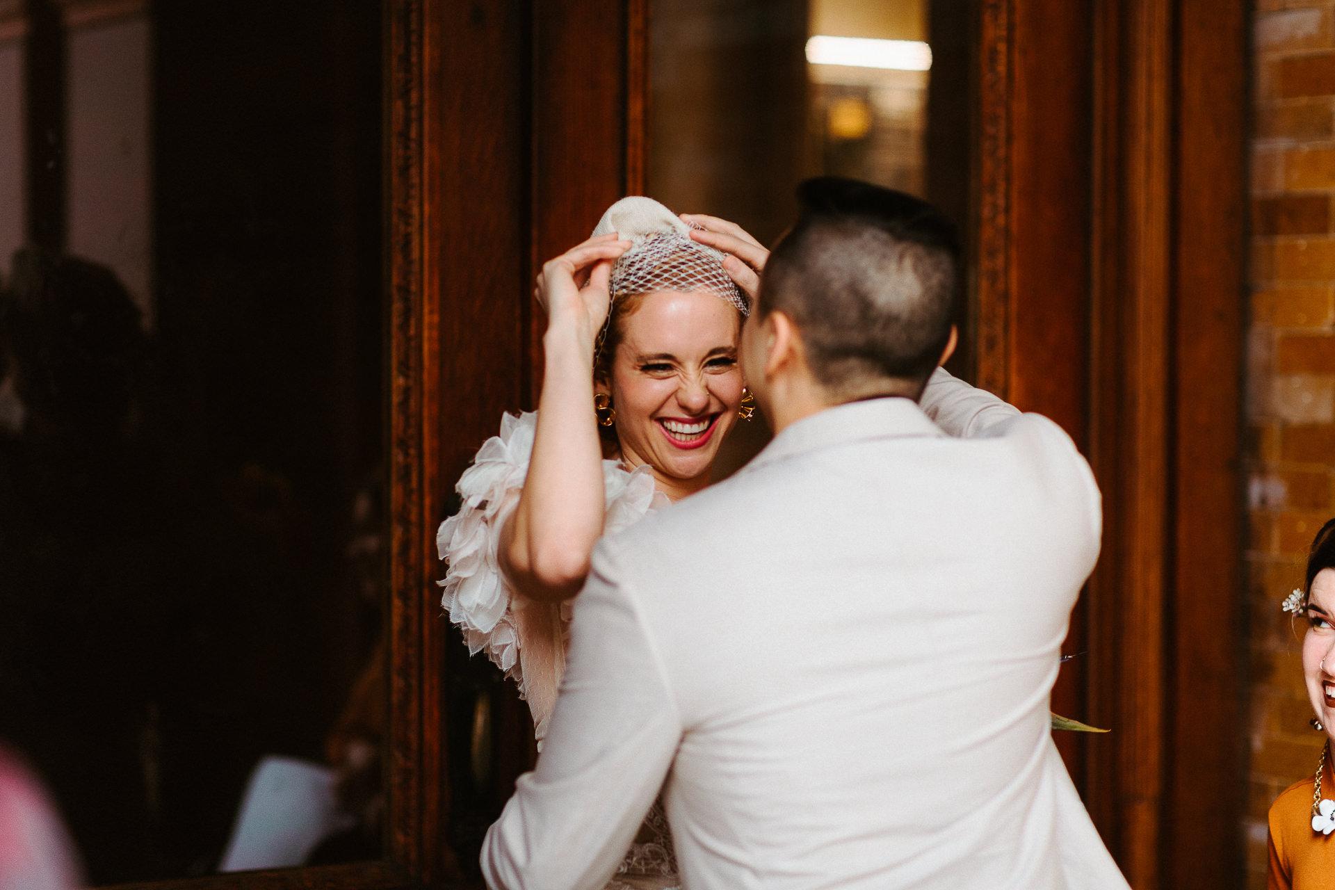 Photo de couple de mariage de Los Angeles | les mariés s'embrassent à la fin de la cérémonie