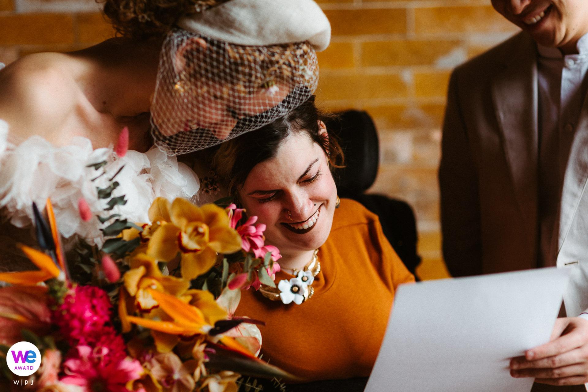 Photographe de Los Angeles, Californie Elopement | le couple se tient avec leur ami alors qu'elle signe la licence de mariage