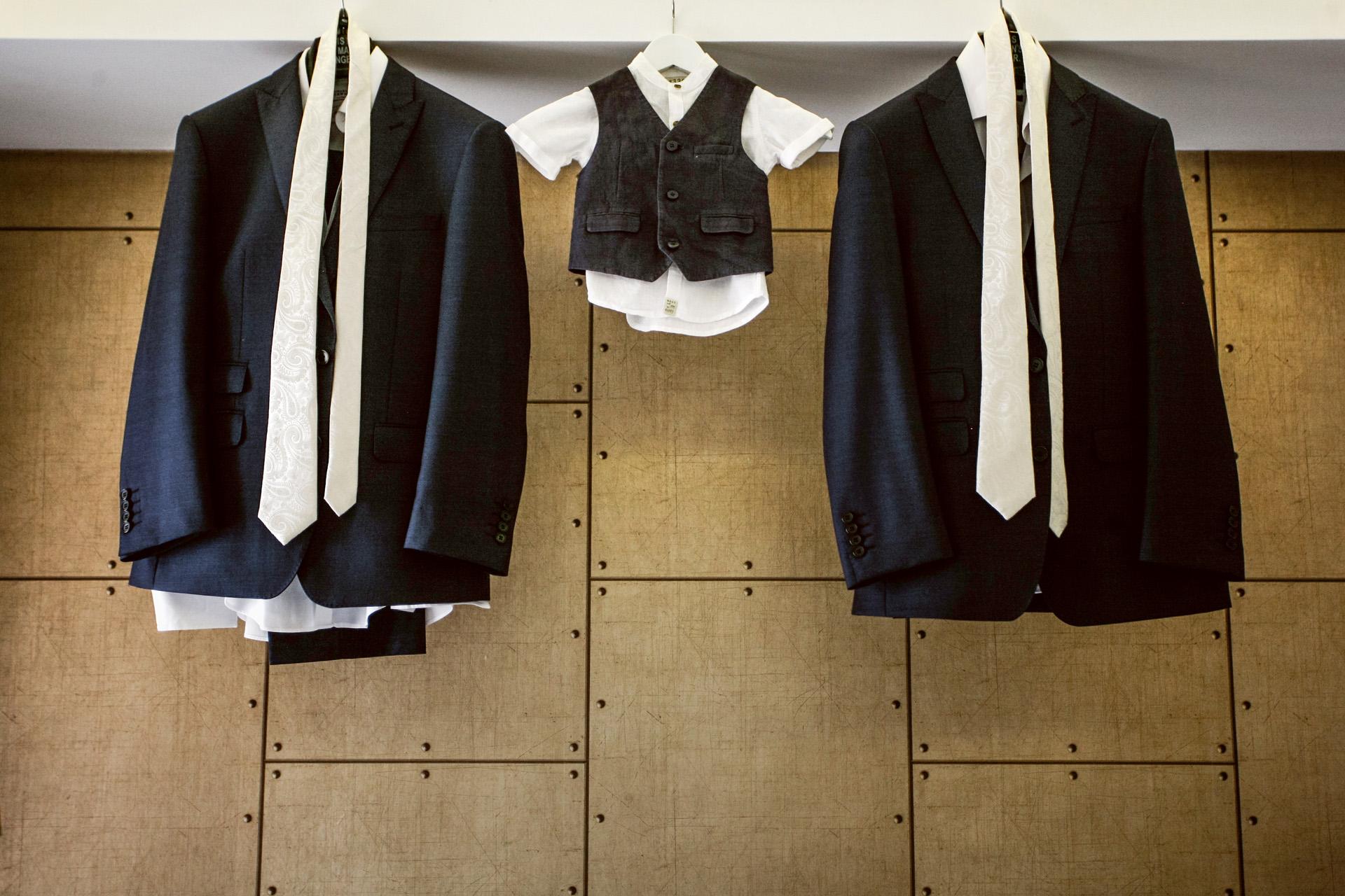 Oludeniz, Fethiye, Turquía Elopement Imagen en detalle | El traje y la corbata del novio cuelgan junto a los de su hijo pequeño.