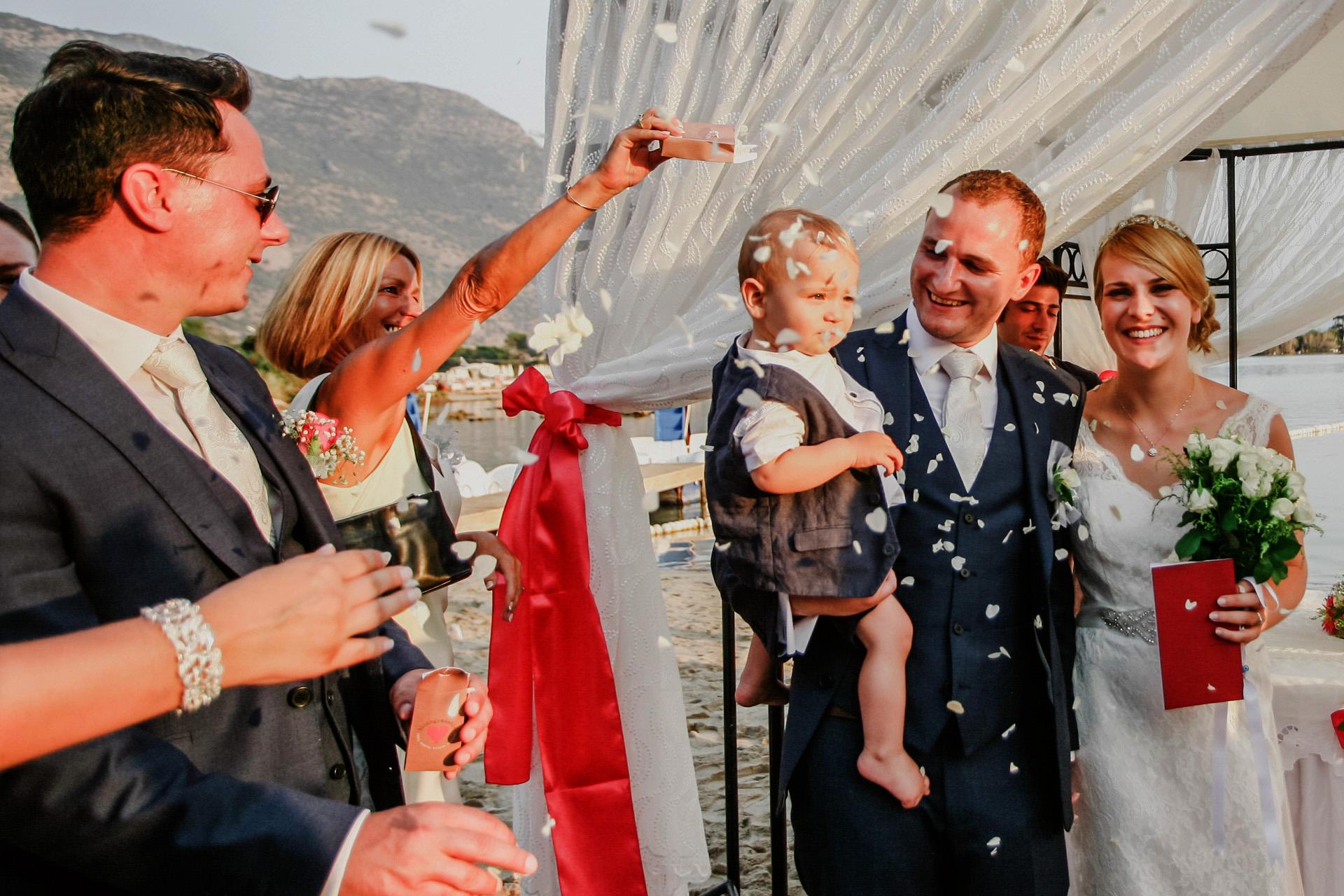 Foto de la ceremonia de salida de Turquía al aire libre | Al final de la ceremonia, la novia, el novio y su bebé caminan juntos por el pasillo.