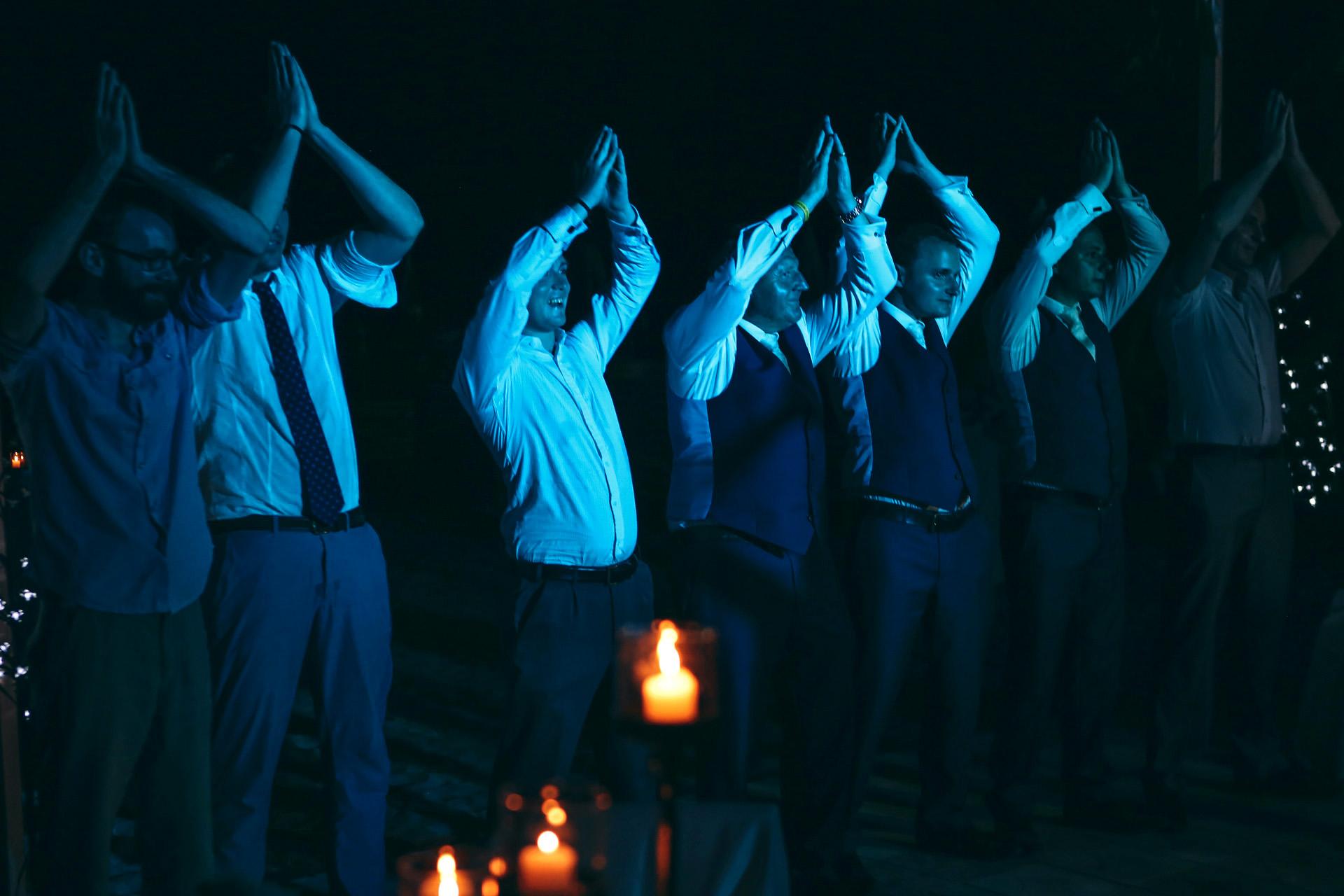 Oludeniz, Turquía Elopement Imagen de recepción de boda | En la recepción, los hombres intentan aprender a bailar la danza del vientre.