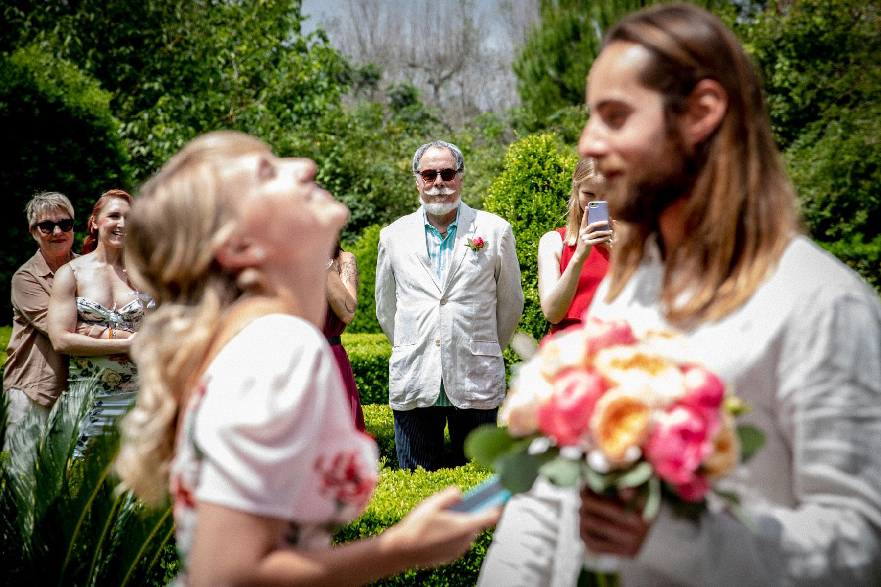 Lecce Elopement Photo | la mariée et le marié avaient écrit leurs promesses au téléphone et ont décidé de les chuchoter