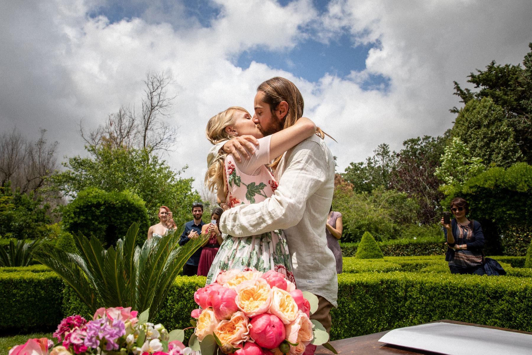 Cérémonie d'élimination des Pouilles Italie Image du jardin italien | La cérémonie de mariage s'est terminée par un baiser passionné