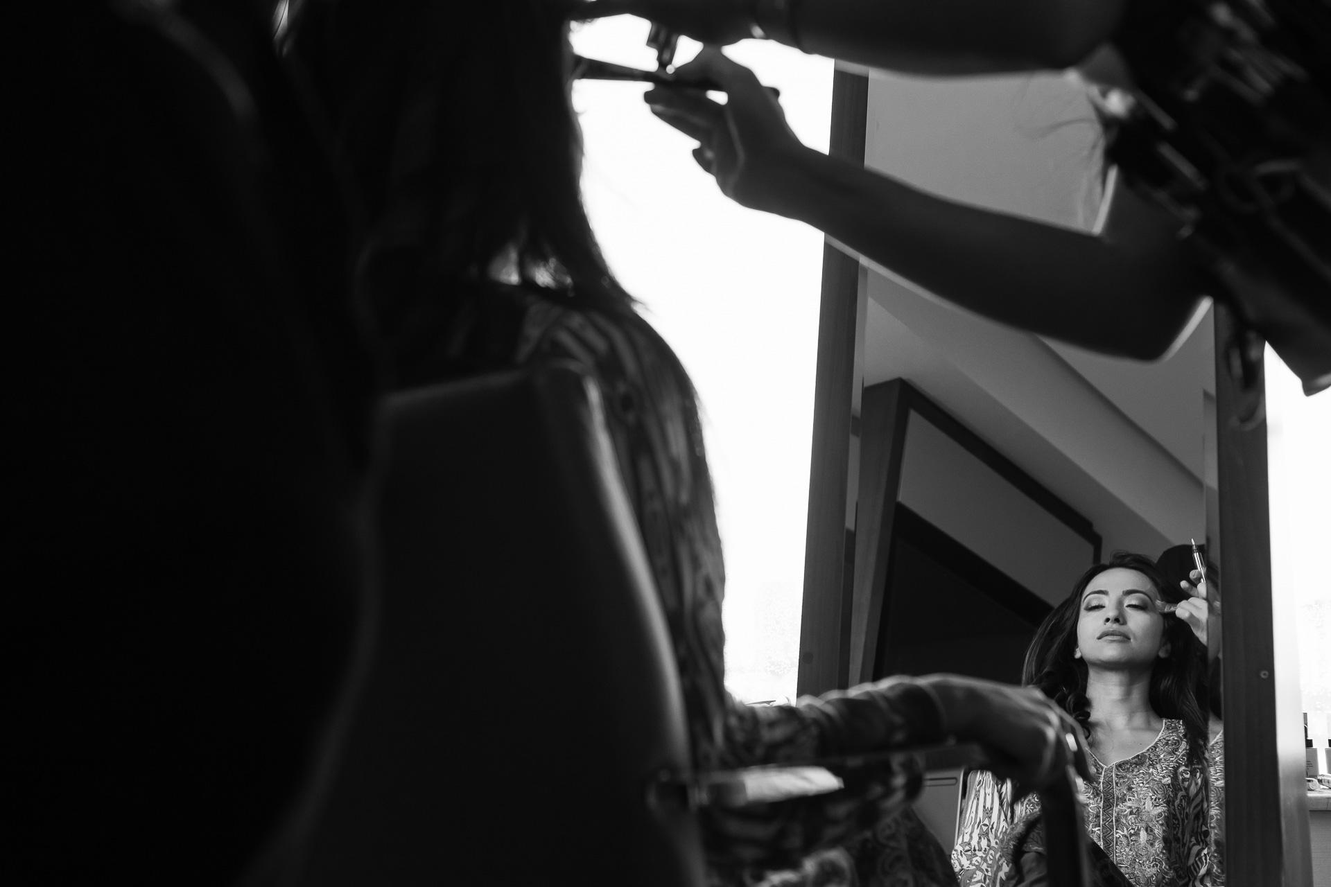 Conrad Istanbul, Türkei Elopement Fotografie | Die Braut macht ihr Make-up fertig