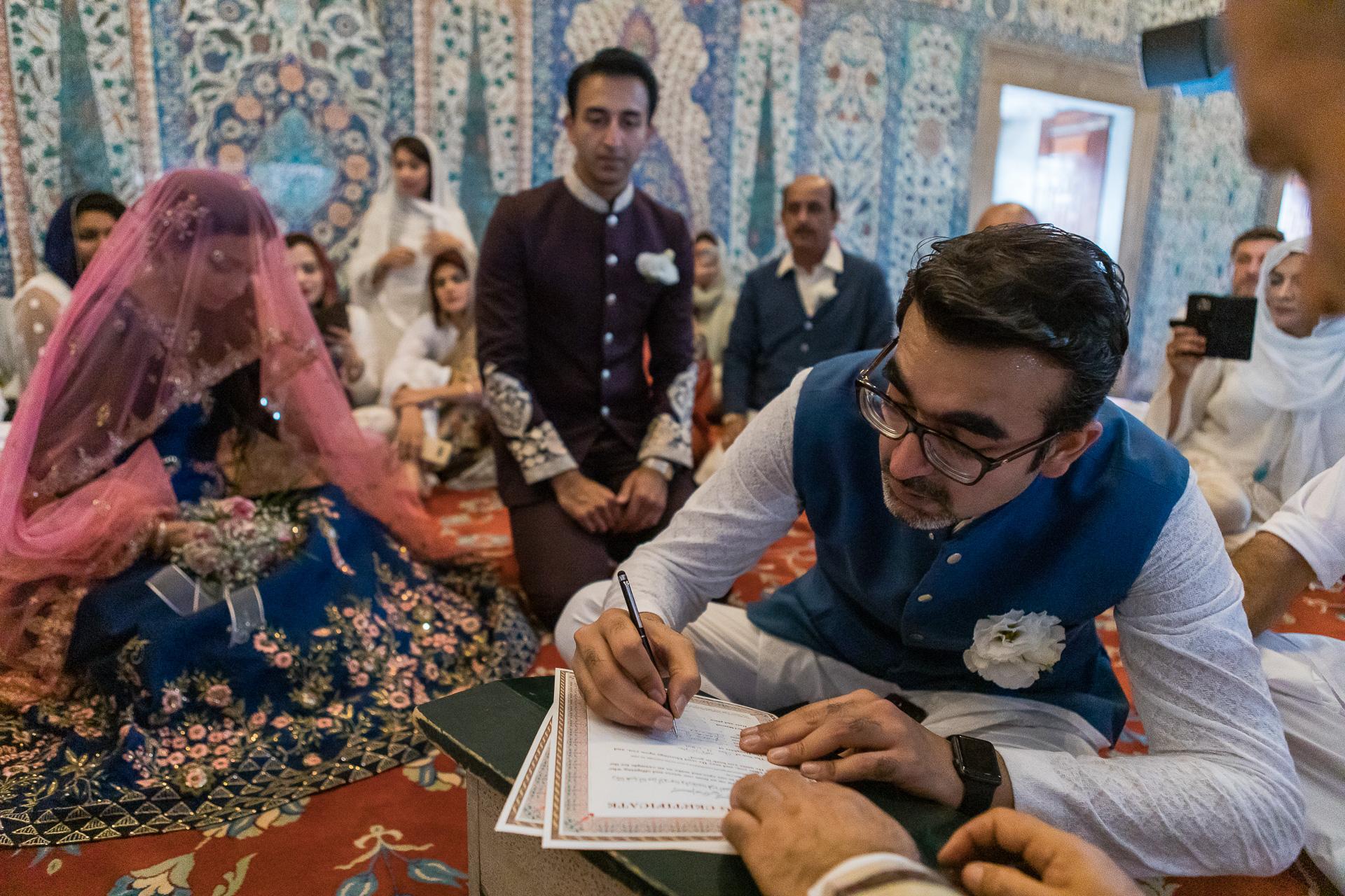 Istanbul Elopement Ceremony Bild aus der Türkei | Der Bruder der Braut unterschreibt die Heiratsurkunden