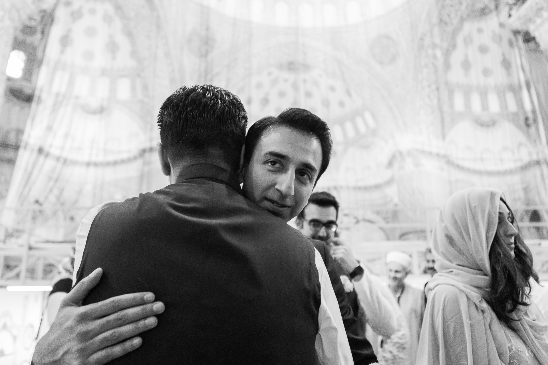 Türkei Elopement Fotograf | Der Bräutigam nimmt Glückwünsche entgegen