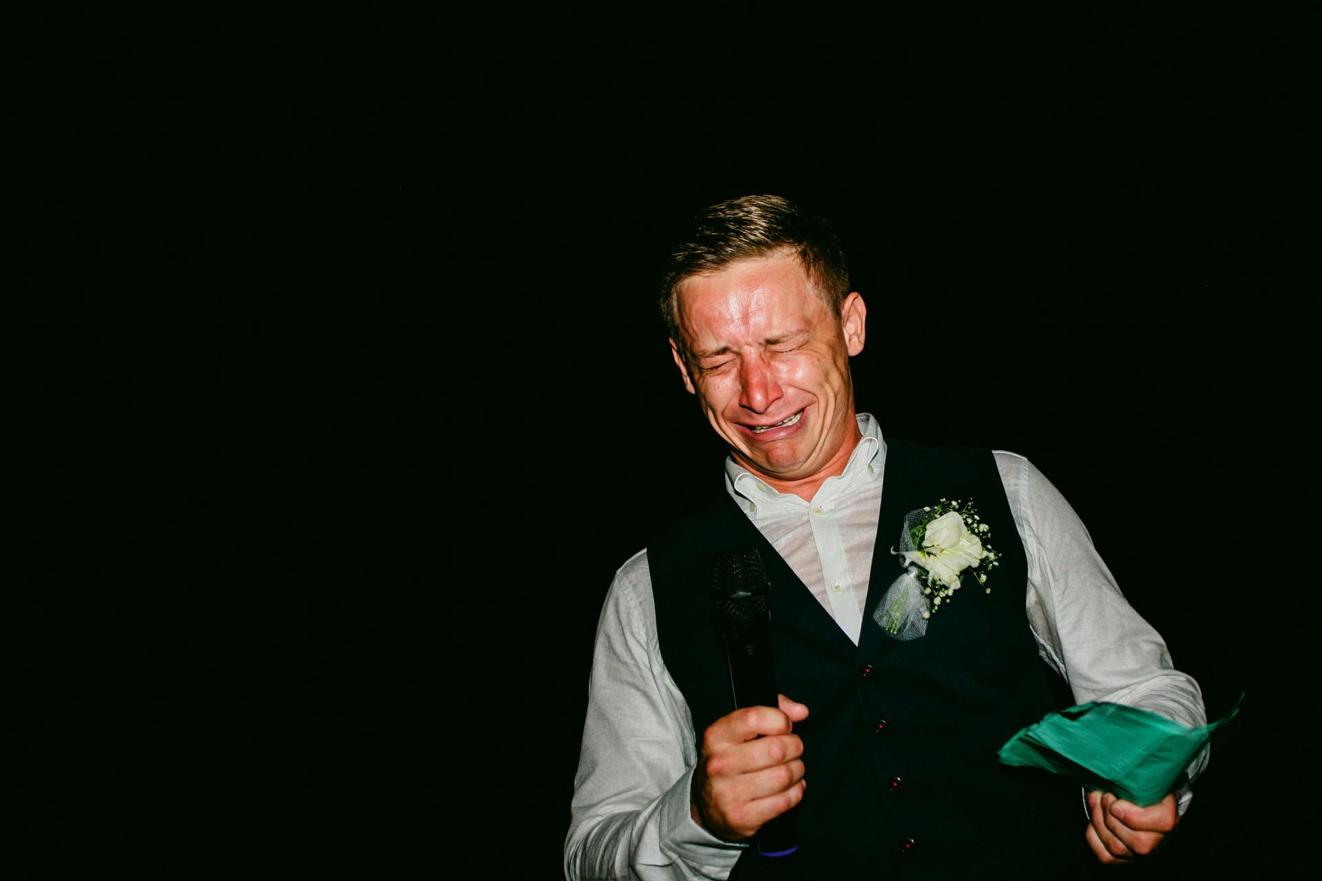 Sea Horse Beach Club Ziel Elopement Fotograf | Der Bräutigam wird während seiner Rede extrem emotional