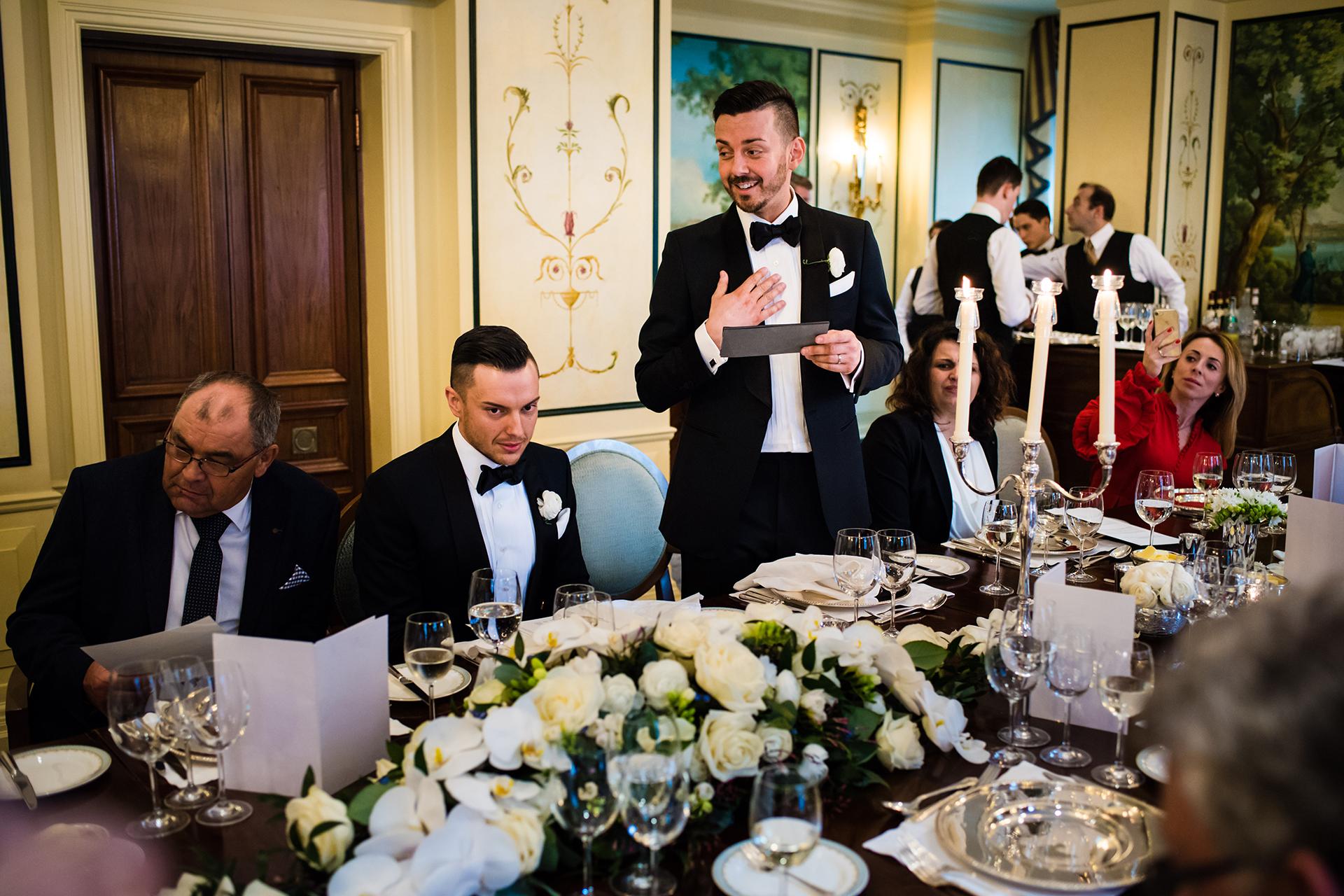 Das Savoy Hotel Elopement Bild | eine Hochzeitsrede beim Abendessen an der Rezeption
