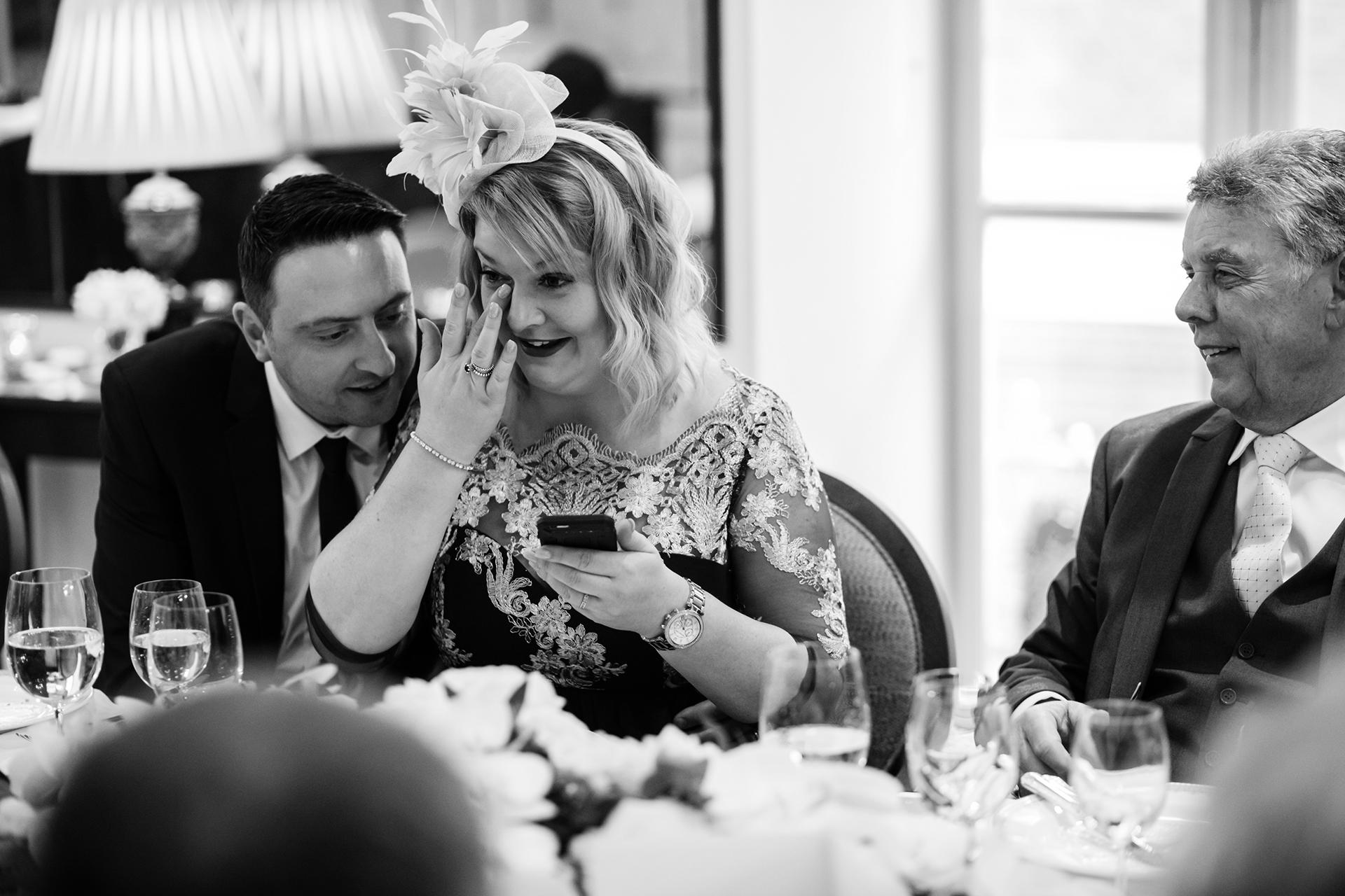 Savoy Hotel Elopement Fotograf | Ein Familienmitglied wird beim Abendessen an der Rezeption emotional