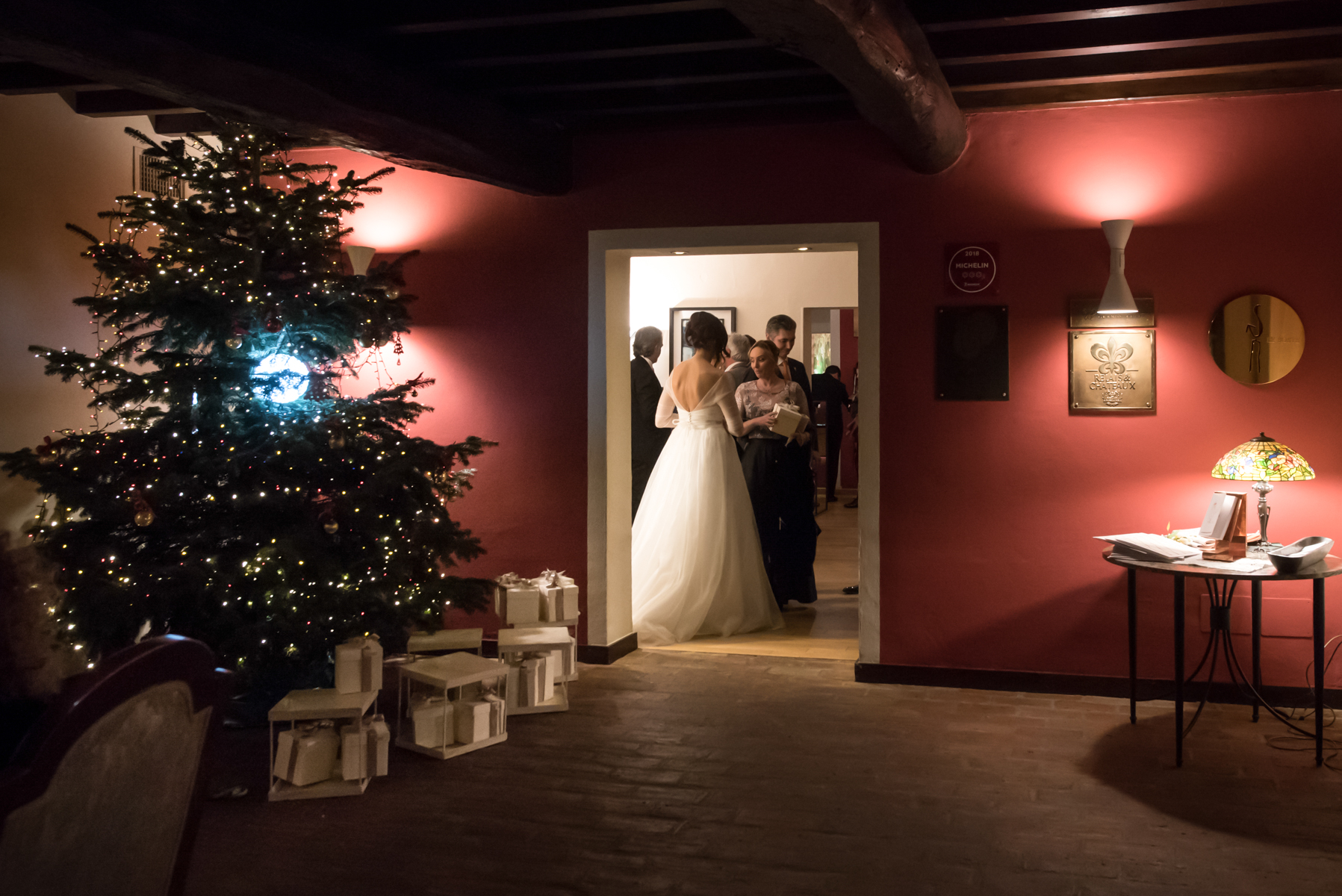 The Italy Wedding Venue of Dal Pescatore Restaurant - Mantua Photos | the bride dismisses the guests, paying homage to the wedding favor