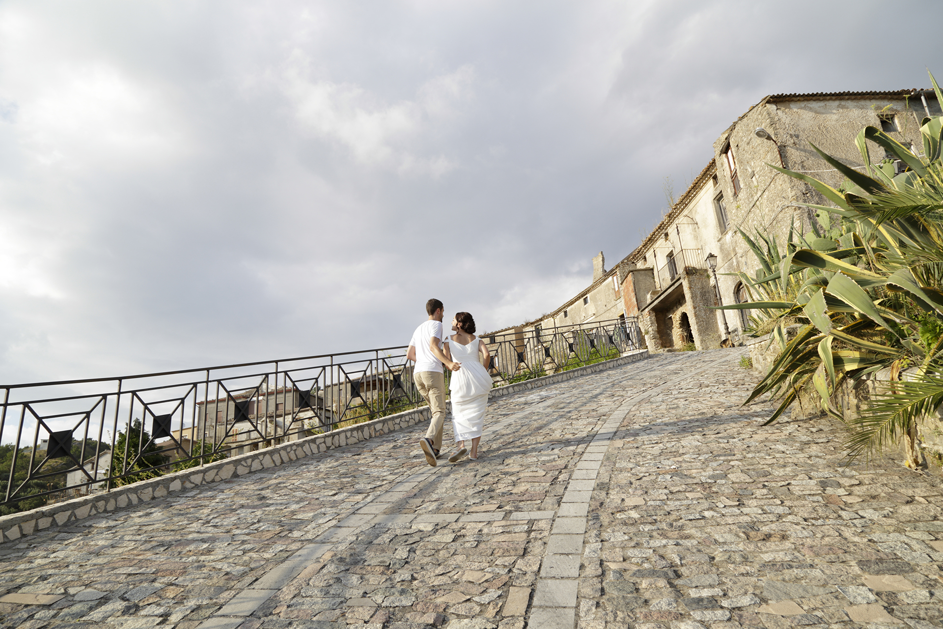 Cleto, Cosenza, Calabria Elopement Photo | The bride and groom in Cleto and are heading for the castle