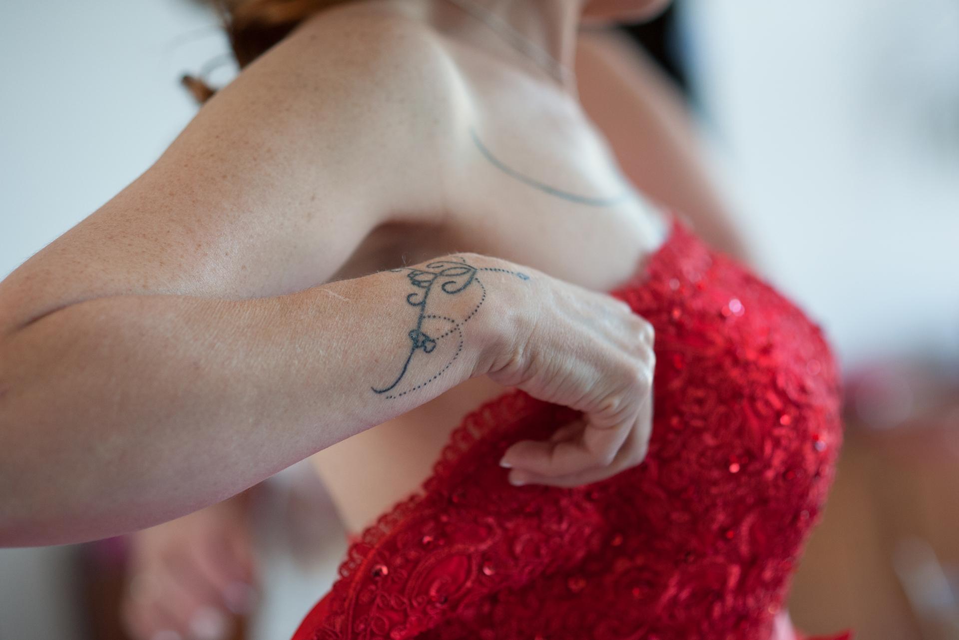 Occitanie, France Elopement Photo de Toulouse | Un gros plan de la robe de mariée rouge étincelante de la mariée