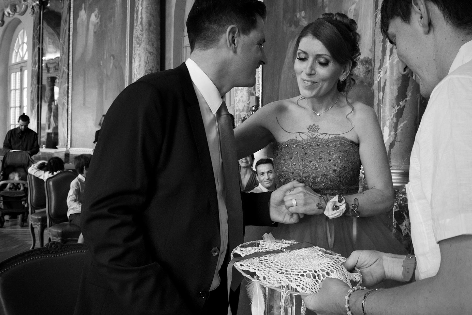 Toulouse Elopement Photographie Hôtel de Ville | Le fils de la mariée présente les alliances au couple