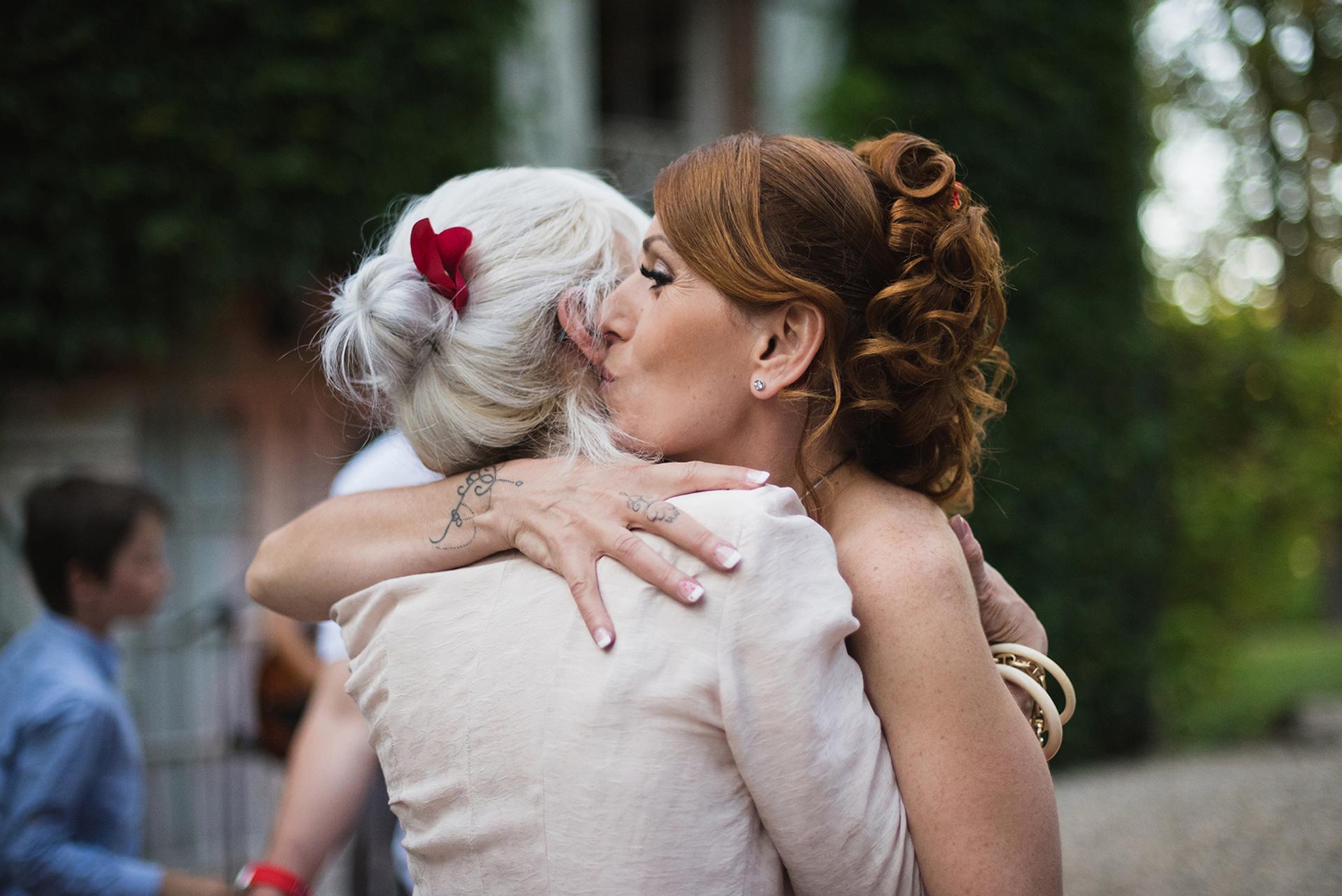 Occitanie Elopement Image de Château Labistoul | La mariée partage un moment émotionnel avec l'un des membres de sa famille