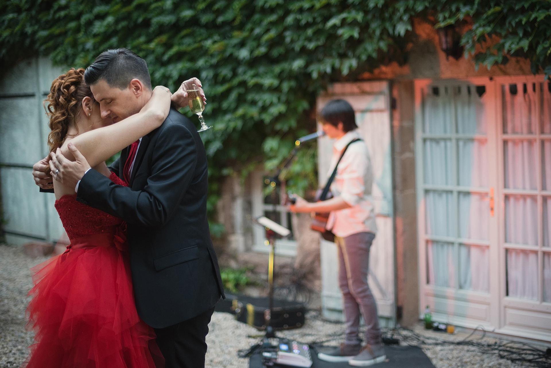 Occitanie, France Elopement Photo au Château Labistoul | La mariée et le marié ont une minute romantique ensemble