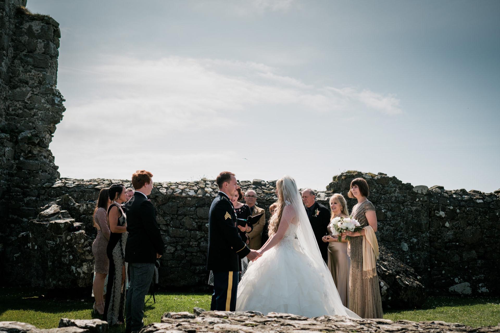 Elopement Ceremony Foto van Dunluce Castle in Noord-Ierland | De bruid, bruidegom en hun naaste familie werden gevangen genomen
