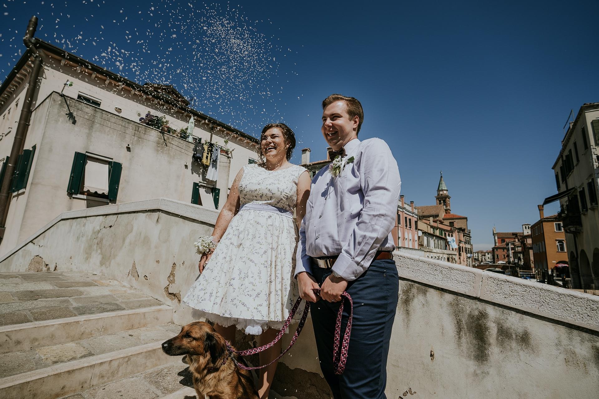 Photographe de Chioggia Elopement | Il y a de la joie, des larmes d'émotion et du riz tombant du ciel
