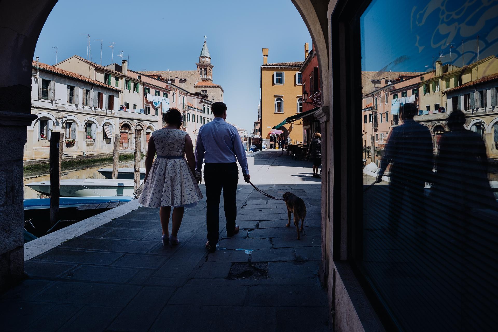 Italie Elopement Photographie de Chioggia | La mariée et le marié se promènent dans des rues typiques