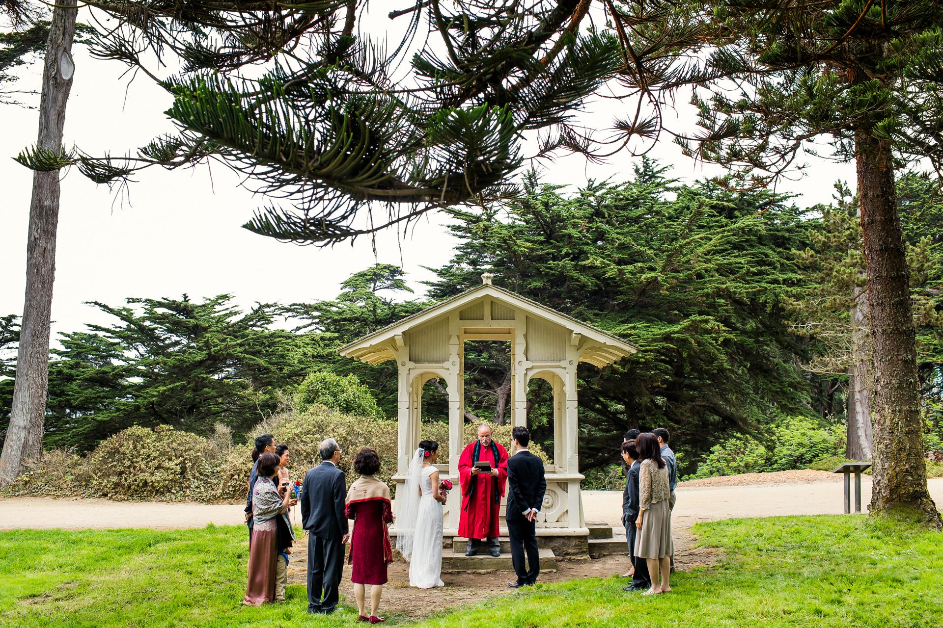 Sutro Heights Park, San Francisco Beach Elopement Zeremonie Bild | Familienmitglieder und Freunde kamen von verschiedenen Orten auf der ganzen Welt, um die Gewerkschaft des Paares mitzuerleben