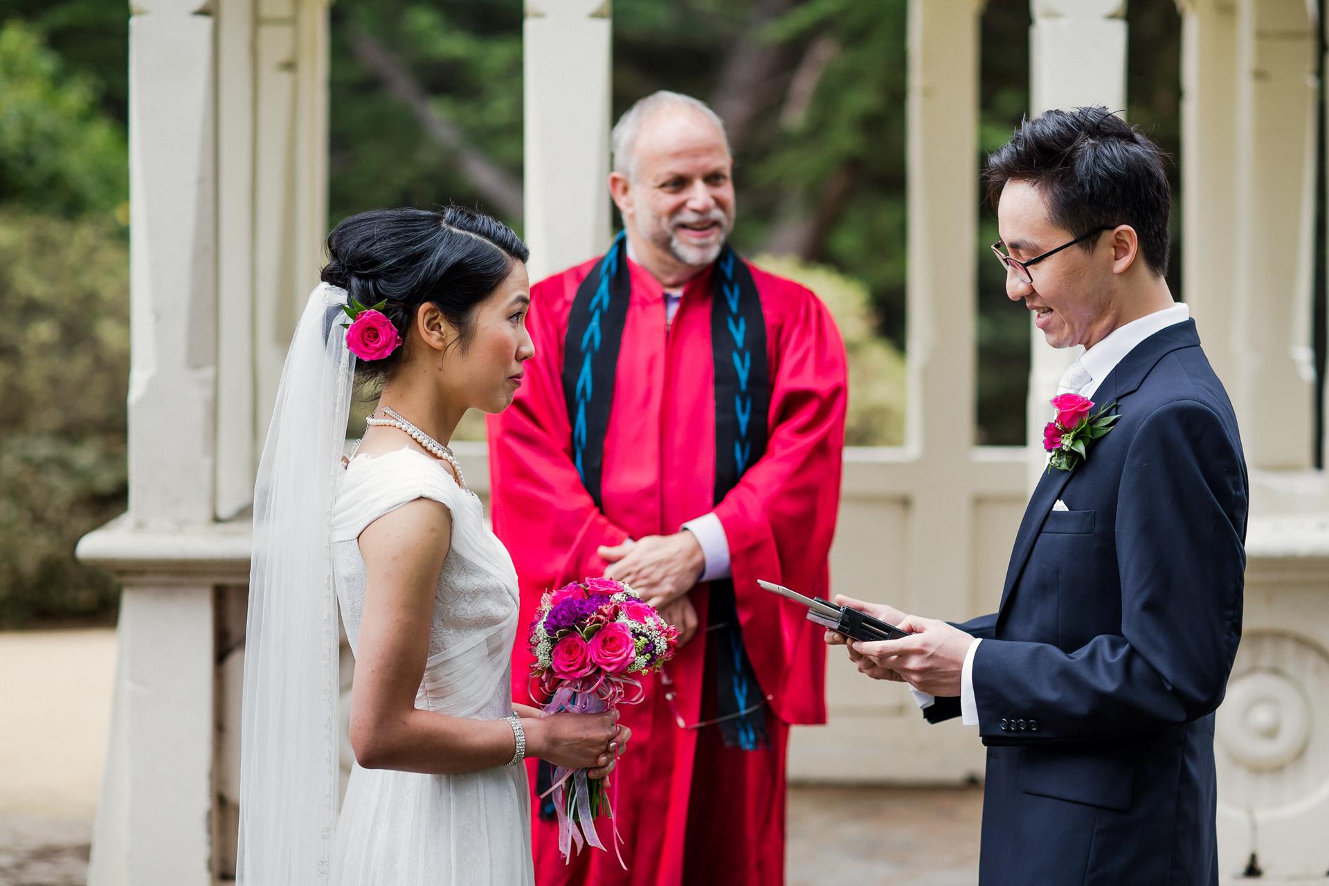 San Francisco, CA Elopement-Zeremonie Foto | Der Bräutigam liest seine Gelübde
