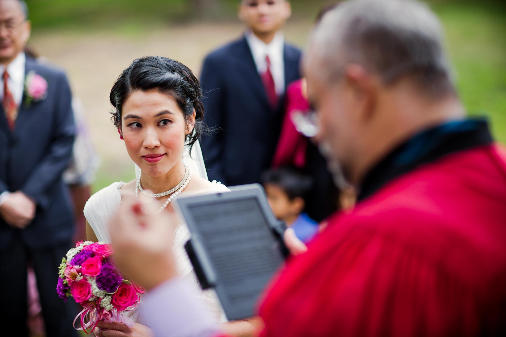 San Francisco Park Elopement Zeremonie Fotografie | Die Braut beobachtet und hört dem Offizier zu, während er spricht