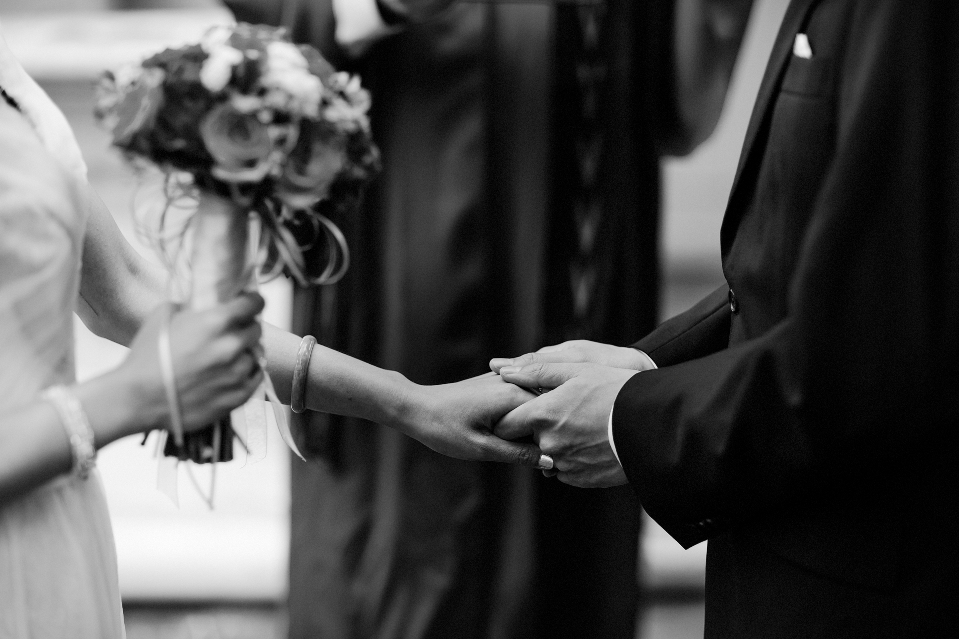Fotos der kalifornischen Elopement-Zeremonie im Freien | Das Paar teilt einen süßen Moment, als sie endlich die Hände am Altar halten können