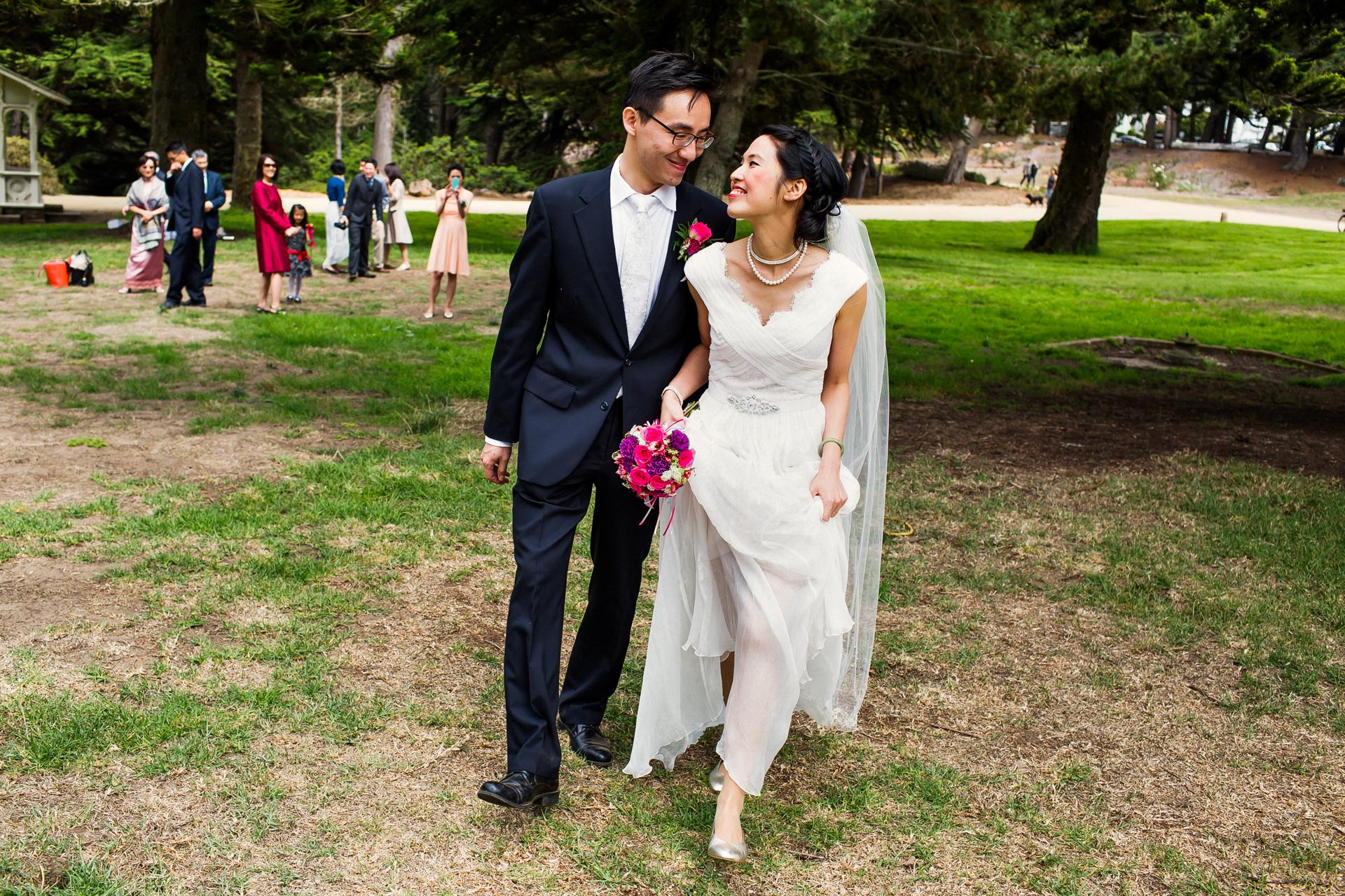 SF, Kalifornien Elopement Paar erschossen | Nach der Zeremonie gehen die beiden zusammen weg, während ihre Gäste zuschauen