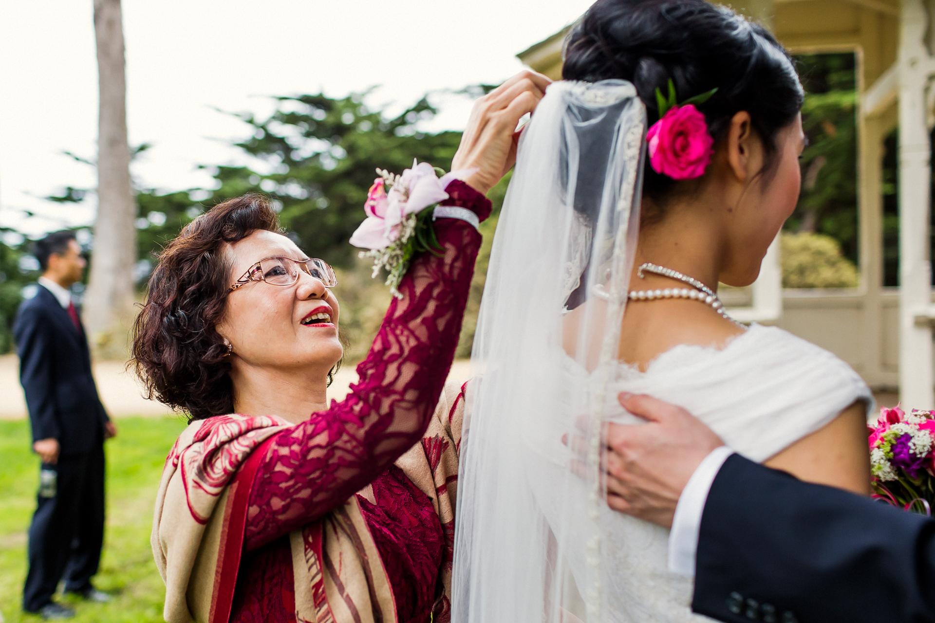 SF, CA Elopement Brautbild | Die Mutter der Braut hilft, den Schleier ihrer Tochter zu reparieren