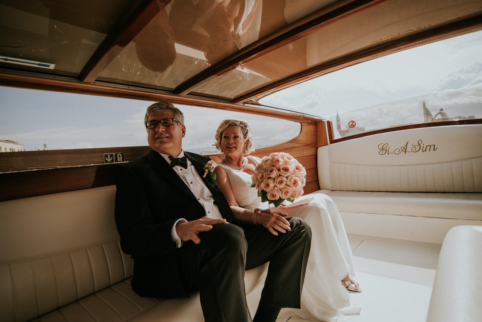 Watertaxi - Venetië, Italië Elopement Foto | het bruidspaar neemt een taxi naar het Palazzo Cavalli