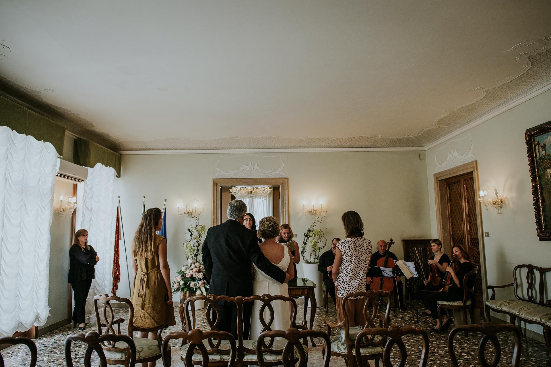 Stadhuis Palazzo Cavalli - Venetië, Italië Elopement Image | Een moment van de intieme ceremonie met de getuigen