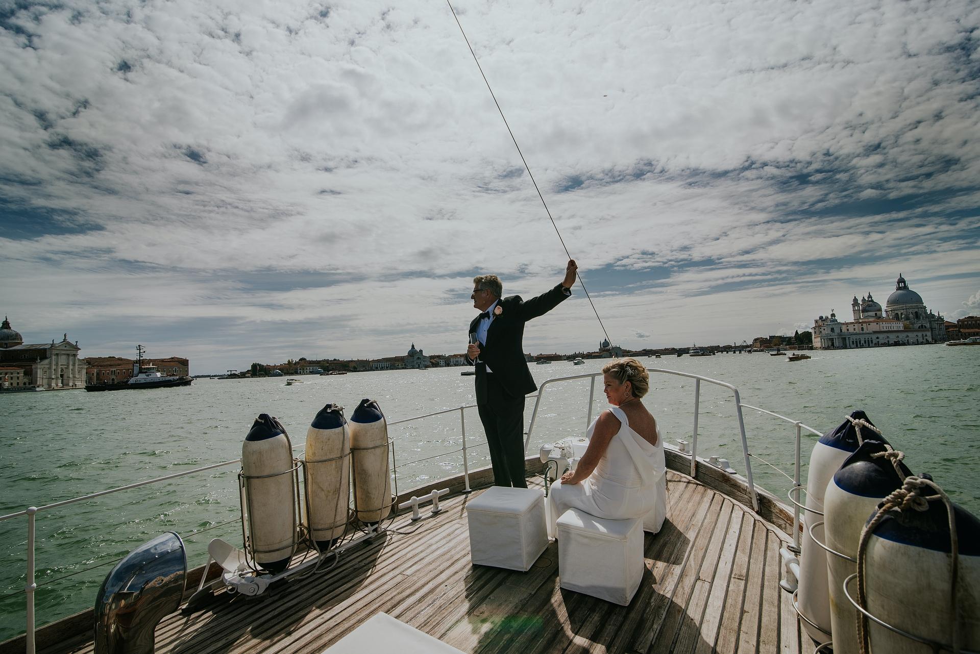 Lagune van Venetië, Italië Boot Elopement Foto | zeilen langs de lagune van Venetië en de wonderen van deze plek bewonderen