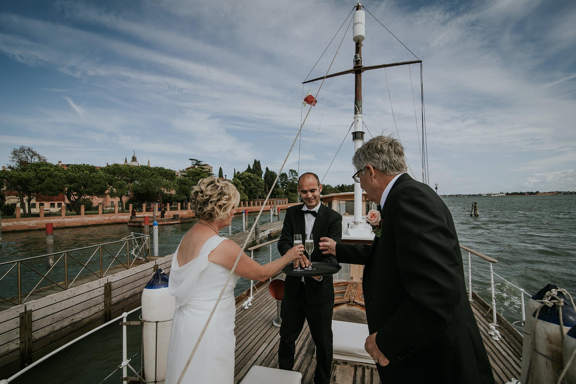 Venetië, Italië Yacht Elopement Photography | Hun eerste toast als man en vrouw