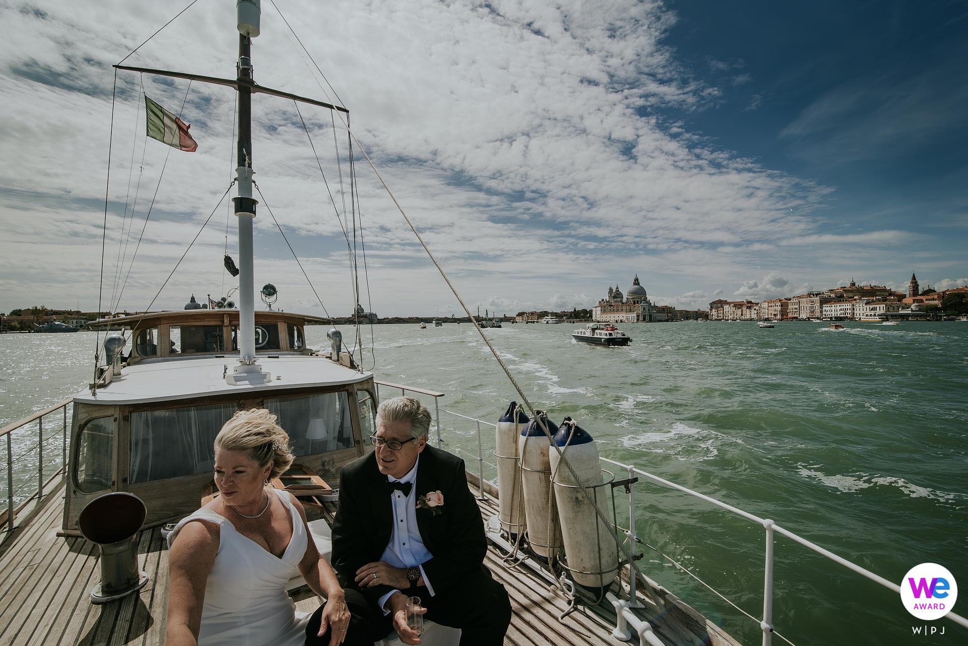 Silver Yacht, Venice Lagoon - Italië Elopement Fotografen | Het echtpaar vertrekt naar de privézeilcruise die hen de hele dag mee zal nemen