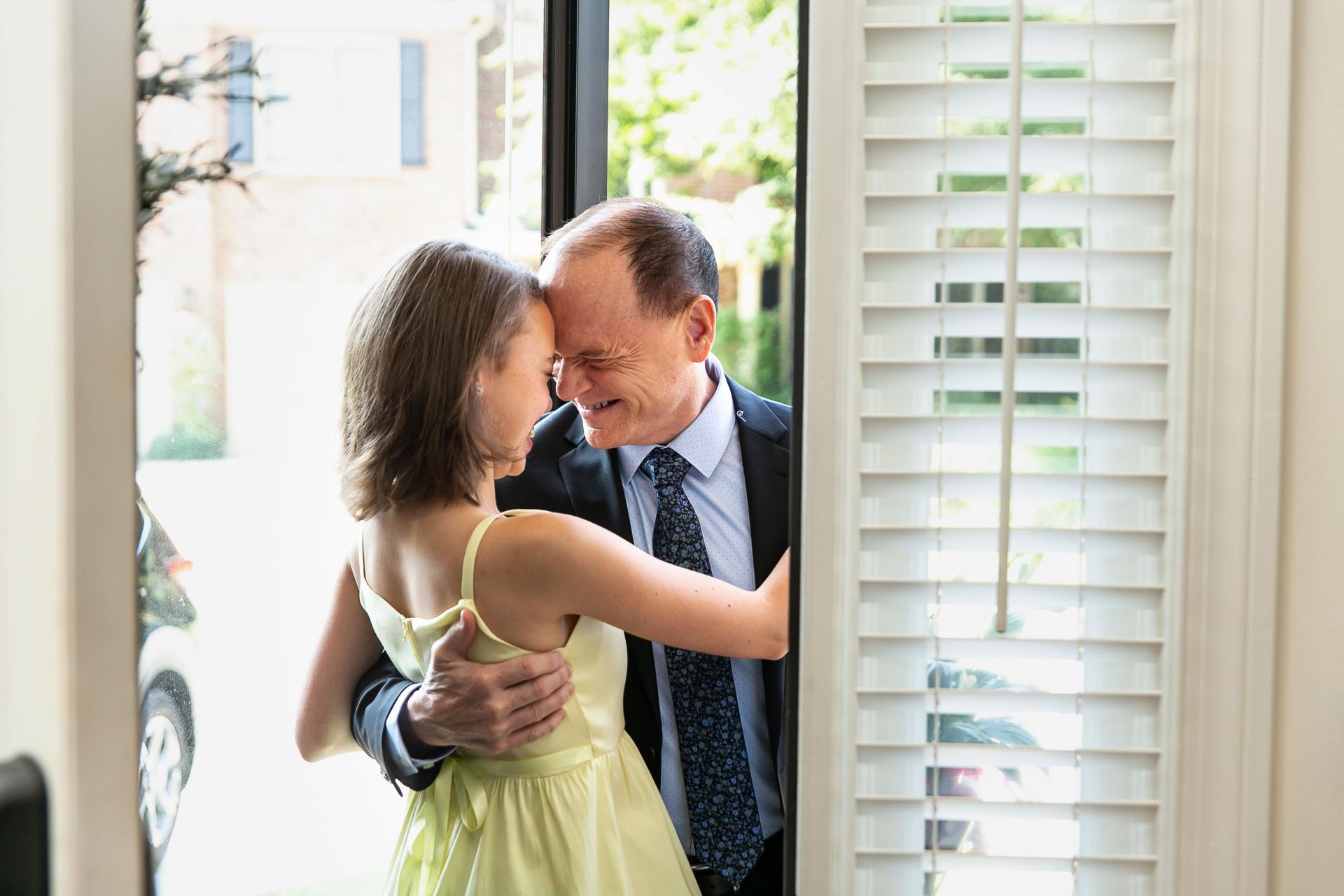 Backyard Elopement Picture - FOB | Papa accueille sa petite-fille quand il arrive pour le mariage