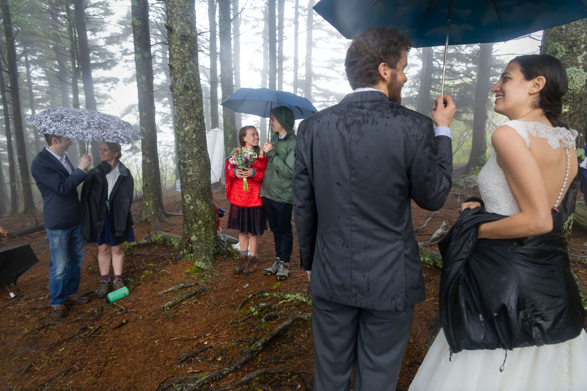 Stand of Trees, North Carolina Elopement Ceremony Rain Foto | Un momento intermedio prima dei brindisi