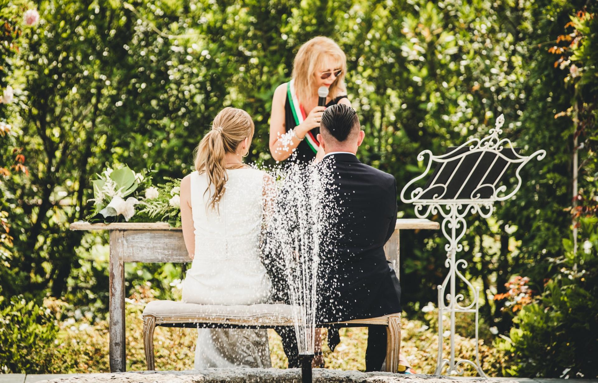 Trebaseleghe, Padua, Italië Buitenshuis schakingfotografie | Tijdens de burgerlijke plechtigheid zitten de bruid en bruidegom samen op een bankje