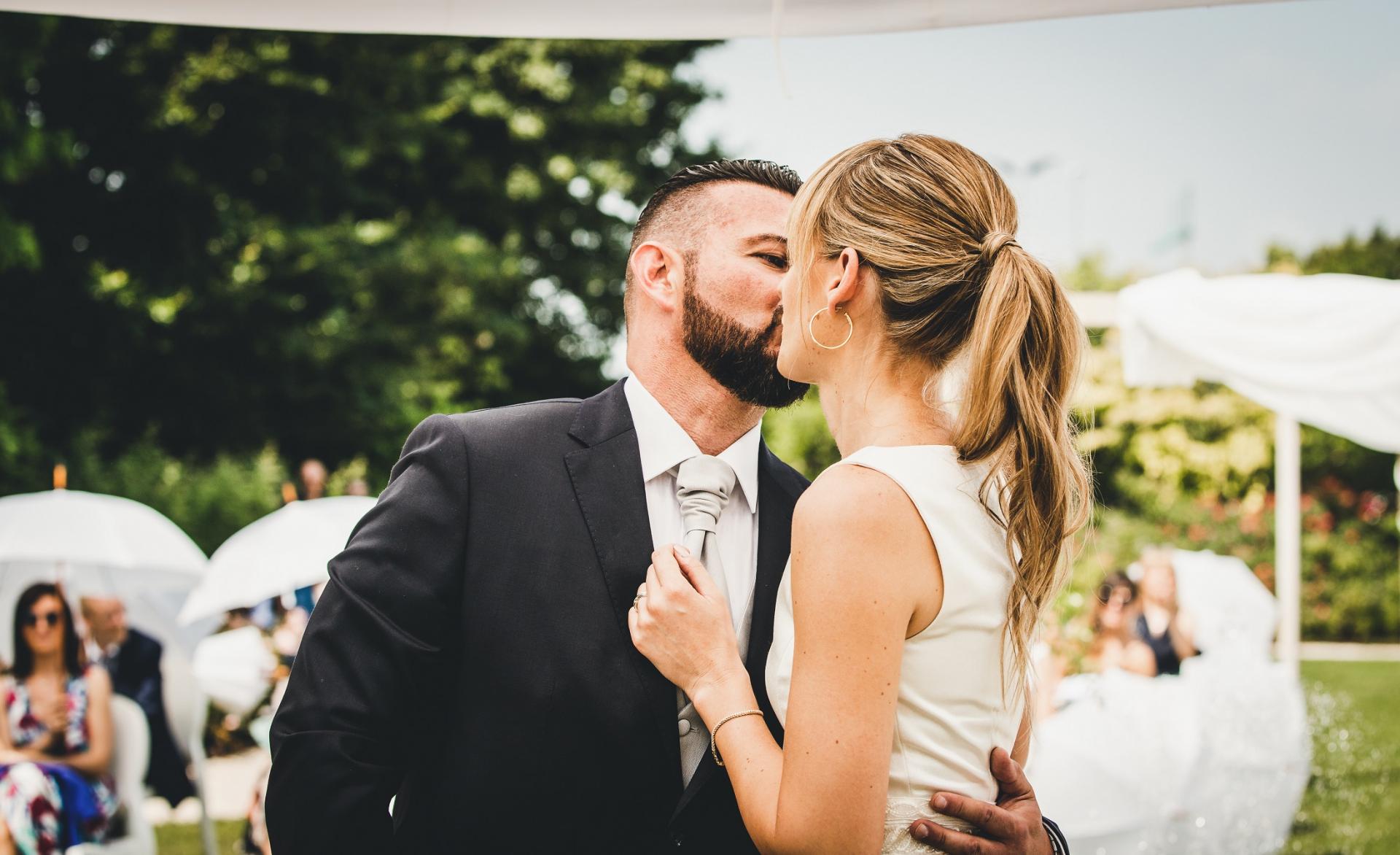 Padua, Italië Buiten schaking Ceremonie Kus Foto | de bruid en bruidegom bezegelen de deal met een kus